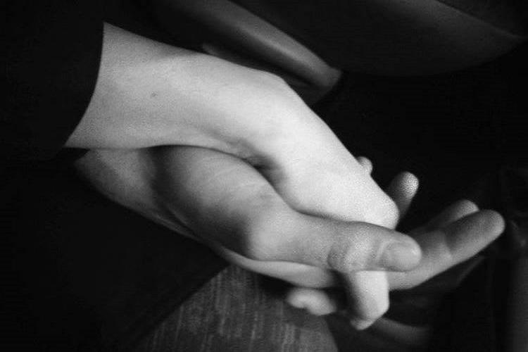 le-mani-unite-legano-due-anime-armonicamente-mi-attraversi-lanima